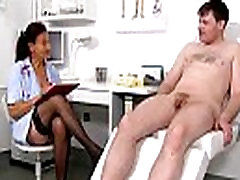 Sena bobutė gydytojas Linda kojinės ir jaunų pacientų handjob