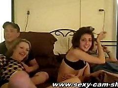सींग का बना युगल में खेल रहे हैं, अपने वेब कैमरा के सामने sexy-cam-show.com