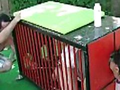 Oblig&eacutee de faire pipi en couche dans la cage pilori