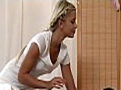 Lesbisk babes å gi et kyss porno