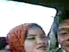 jilbab bercumbu di mobil
