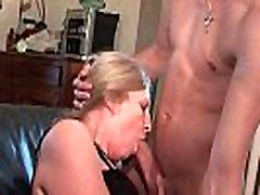 Mature cougar se prend une bonne grosse queue d un jeunot pour son casting porno