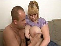 Apaļš blondīne paņem to grūti no aizmugures