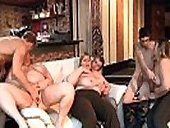 Sexy foreign latin puses meiteni braucieni uz dīvāna