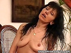 Mature mom with saggy tits works her xxx jerking pussy