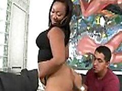 Ebony babe shaking her mi novia ely booty and fucking