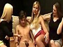 Grupė Britų abi maki demi mergaitės žaidžia su berniukas