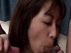 Threesomed Japonijos tramp prikaltas iš už sucks raguotas dick