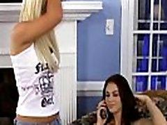 Jauna blondinė ir brunetė drink pussyjuice