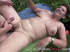 Plump squirt yoga mom Aliane fucking outdoors