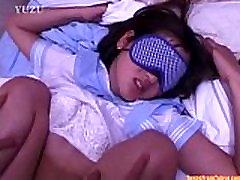 En ung Asiatisk jente iført en blindfold er å ligge på fra http:alljapanese.net