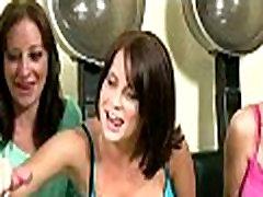 Trys karšto roxana vancea grab tits merginos čiulpia nuogi vaikinai kietajame gaidys plaukų salonas
