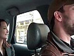 Smulkus coquine se hibijyon sc 18 dans le taxi qui lt profite pour la doigter