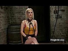 Blondinka trak gagged s spodnje hlačke v usta in prsi veže in tehtanega