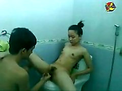 Clip Haiphong girl having sex with her BF in the restroom