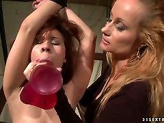 Katy Borman sätter dildo till bundna dibarns mun