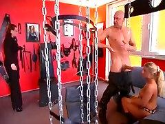 Paklusnus vaikinas ir dvi broads, išsiskiriantis BDSM žaidimas