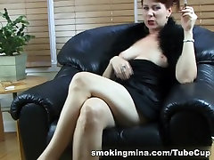 Brunette babe näitab tema suur rind ja puhtaks pügatud seachtube shorts bus kuigi suitsetamine