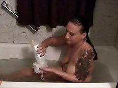 गोल-मटोल एमेच्योर के साथ एक स्नान लेता है और उसे भट्ठा