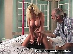 Big prsi blondinka je v nekaterih telesnih kazni