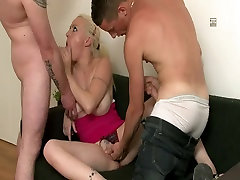 Busty blonde in dve velik klinci v HD video