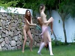 Ruski piščanci jasmine jae temptation v travi