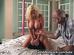 Big breasted bionda è per alcune punizioni corporali