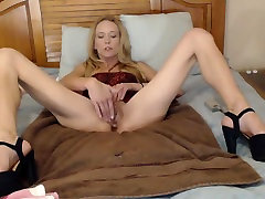 sma hipersek Blond takes care of her pussy