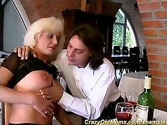 szőke anyuka első anális fasz
