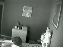 Peidetud nukk, mis on püütud mu ema masturbating