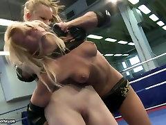 Bianka और Gitta गोरा होने लड़ने