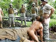 Plaukuota jaunų berniukų gaidys gėjų Džiunglių sudraskyti