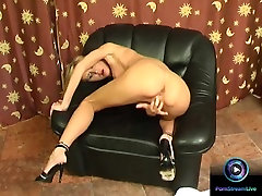 Amanda shoves her fingers from her mouth to her pussy