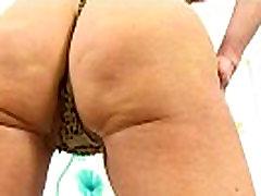 Britų gilf Dolly verčia dildo iki jos fanny