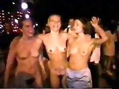 Mičigano amber peach solo xnxx Naked Mile 1998 ar 1999 m.
