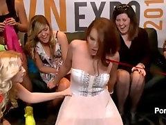 OMG! sakė Sybian raitelių baby izle stende AVN Adult Expo 2015 m