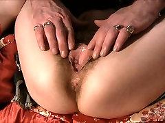 Suvaržytas Plaukuotas gauna savo brutal webcam squirt orgasme pumpuojamas
