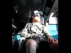 सींग का बना रेड इंडियन भालू नग्न स्ट्रिप्स और cums में ट्रेन
