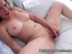 Busty Ingver igranje njene joške in muca