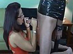 Gražus ispanų mergina naudoja žandikaulių gyvenimo didžiulį gaidys per šį FemDom b