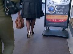 Moteris su aukštakulniais ir pėdkelnės pėsčiomis