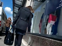 Graži moteris su mėlynos pėdkelnės ir aukštakulniais vaikščioti