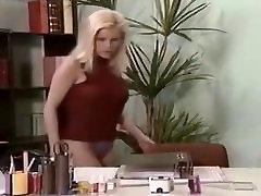 Busty Blond Pisses Savo Viršininkų Biuras