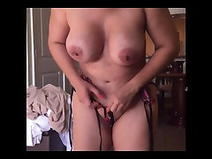 Femme busty avec micro bikini