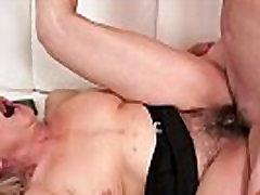 Hairy desi vellige grandma sucks