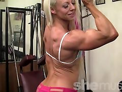Ženski bodybuilder razkazuje svoje zrele fbb mišice