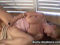 Busty amatöör Lilla masturbates tema raseerima tuss