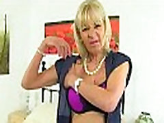 UK gilf Elaine pleasures her 60-year-old clit with a sgerri vi toy