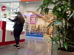 अर्मेनियाई लड़की बड़े गधे के साथ गहने का चयन