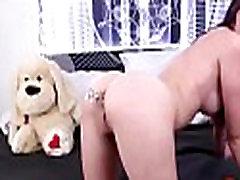 Busty بازی می کند با اسباب بازی مقعد